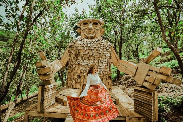 Du khách thích thú check-in với tượng gỗ quái vật khổng lồ ở Đà Lạt - 6