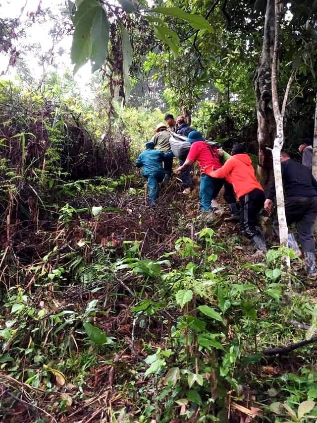Thai phụ được khiêng vượt 20km đường sạt lở đi cấp cứu nhưng vẫn mất con - 1