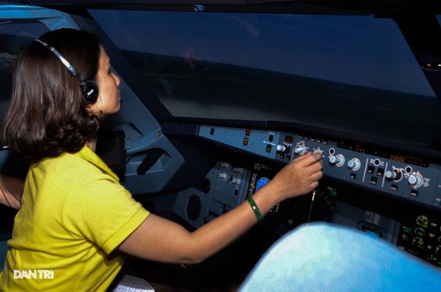 Du khách đến TPHCM được trải nghiệm làm phi công - 2