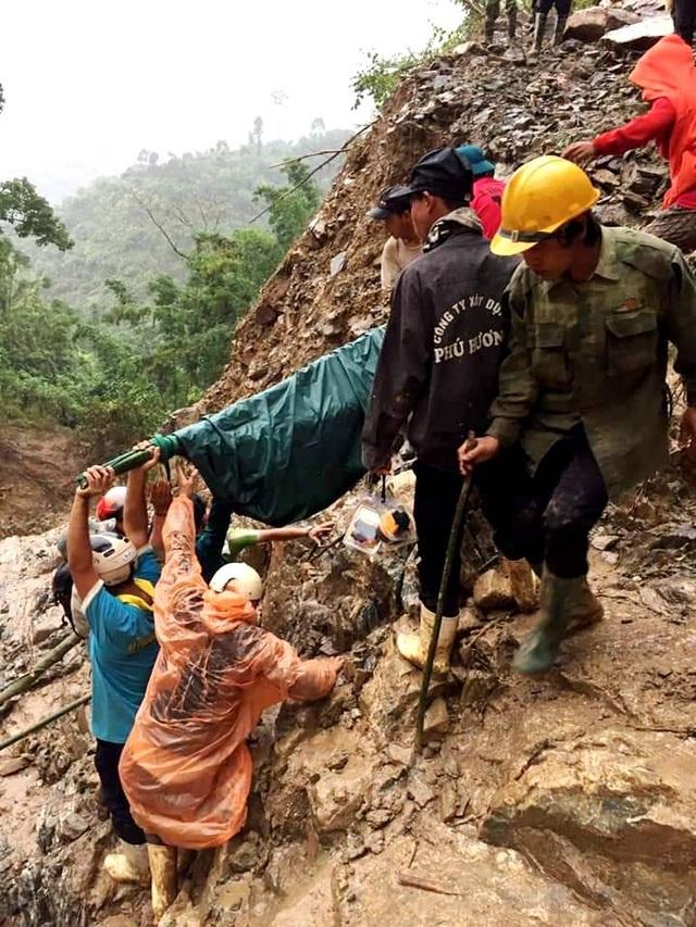 Thai phụ được khiêng vượt 20km đường sạt lở đi cấp cứu nhưng vẫn mất con - 2