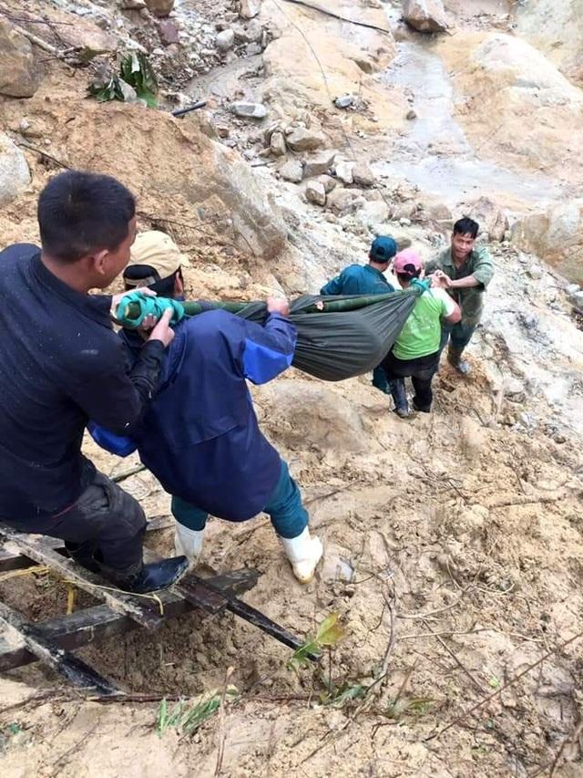 Thai phụ được khiêng vượt 20km đường sạt lở đi cấp cứu nhưng vẫn mất con - 3