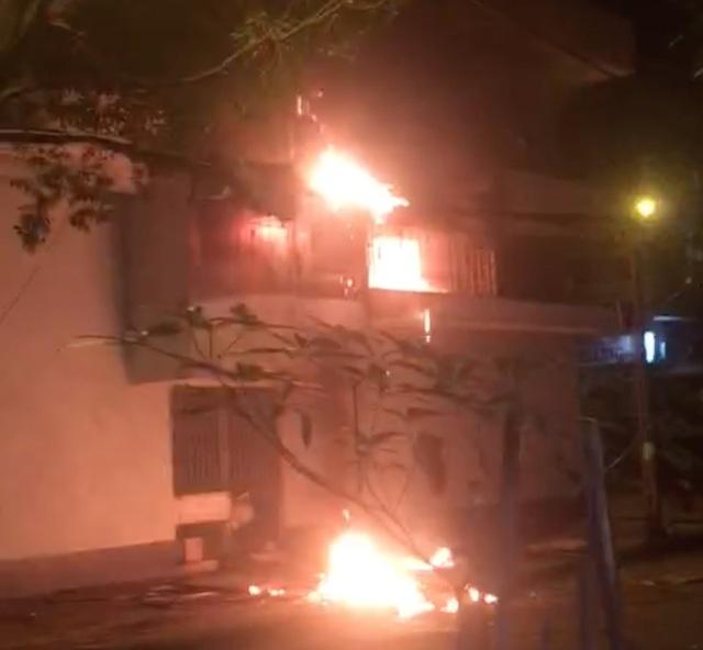 6 người kẹt trong căn nhà 5 tầng cháy ngùn ngụt ở Sài Gòn - 1
