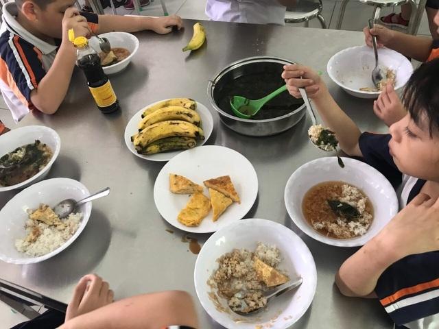 """""""Ăn chặn"""" bữa ăn của học sinh: trò đáng xấu hổ sao vẫn cứ tái diễn? - 1"""
