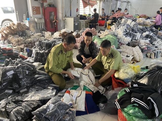 Đột kích Ninh Hiệp, phát hiện ông chủ 9X gia công trăm nghìn đồ hiệu dỏm - 1