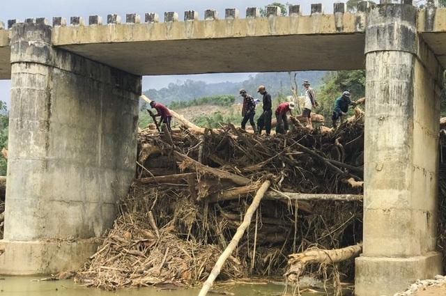 Lũ cuốn lượng gỗ khổng lồ bít kín cầu Sông Bua - 2