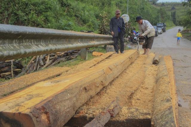 Lũ cuốn lượng gỗ khổng lồ bít kín cầu Sông Bua - 3