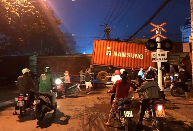 Xe container bị tàu hỏa tông đứt đôi - 1