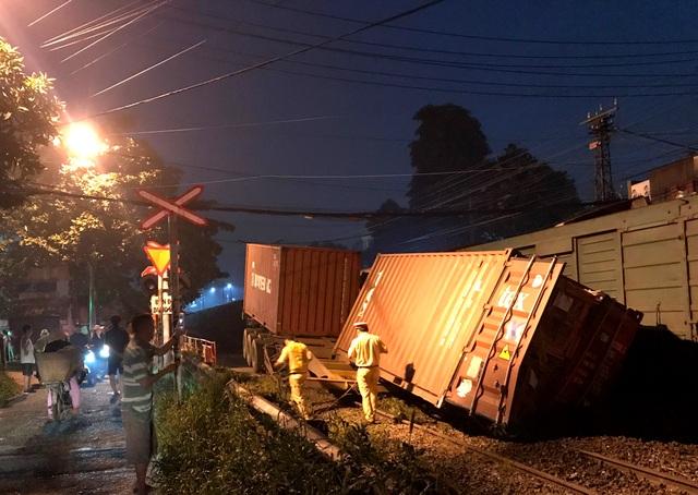 Xe container bị tàu hỏa tông đứt đôi - 4