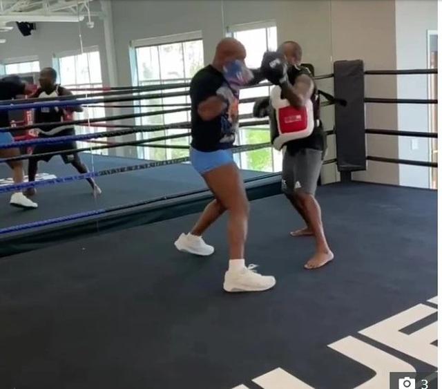 Mike Tyson tập luyện điên cuồng trước ngày thượng đài với Roy Jones Jr - 1