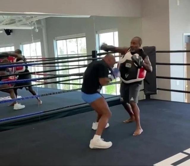 Mike Tyson tập luyện điên cuồng trước ngày thượng đài với Roy Jones Jr - 2
