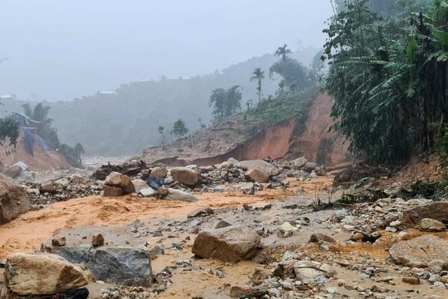 Quảng Nam mưa tầm tã suốt từ đêm qua, còi báo động sạt lở hú liên hồi - 2