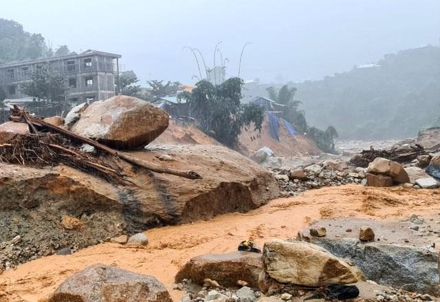 Quảng Nam mưa tầm tã suốt từ đêm qua, còi báo động sạt lở hú liên hồi - 3