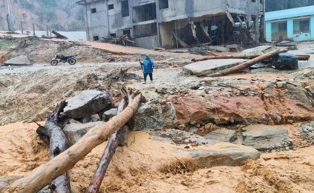 Quảng Nam mưa tầm tã suốt từ đêm qua, còi báo động sạt lở hú liên hồi - 4