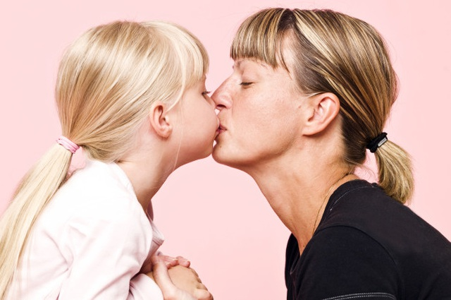 Có nên hôn con lên môi không? - 1