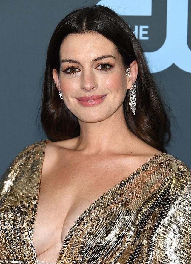Anne Hathaway xin lỗi vì vai diễn có bàn tay khiếm khuyết gây tổn thương - 1