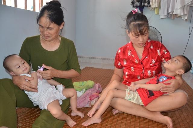 Thương người mẹ nghèo đội mưa ôm 2 con thơ bại não đến viện - 1