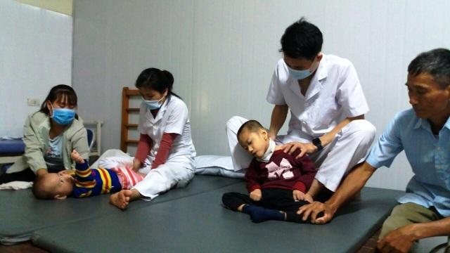 Thương người mẹ nghèo đội mưa ôm 2 con thơ bại não đến viện - 2