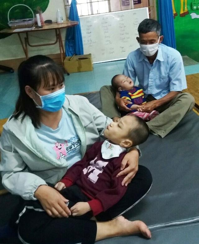 Thương người mẹ nghèo đội mưa ôm 2 con thơ bại não đến viện - 3