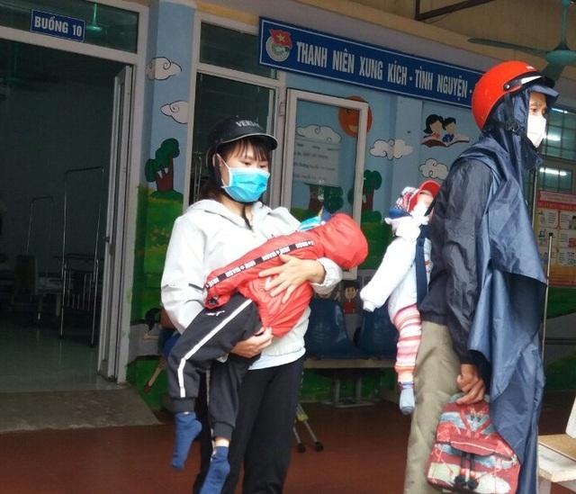 Thương người mẹ nghèo đội mưa ôm 2 con thơ bại não đến viện - 5