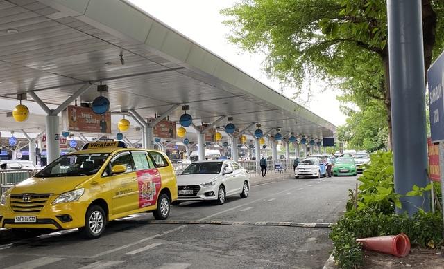 Tăng thêm làn xe cho taxi đón khách ở sân bay Tân Sơn Nhất - 2