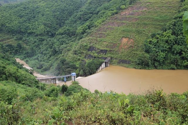 Vết nứt gần hồ thủy điện Đắk R'Tih là do nổ mìn phá đá? - 1