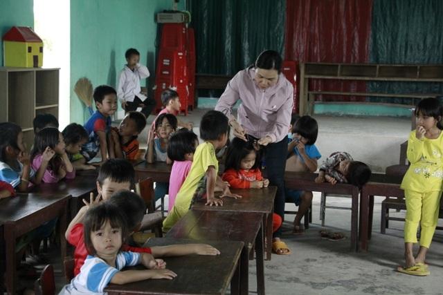 Hàng trăm học sinh học tạm hội trường thôn: Sẽ xây dựng nhà vệ sinh trước - 4