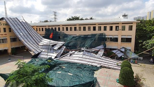 TPHCM: Trường bị tốc mái, phải chia học sinh ra 3 địa điểm  - 1