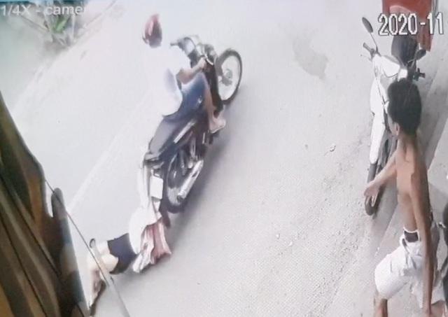 Tên cướp kéo lê cô gái hơn 500m trên đường phố Sài Gòn - 1
