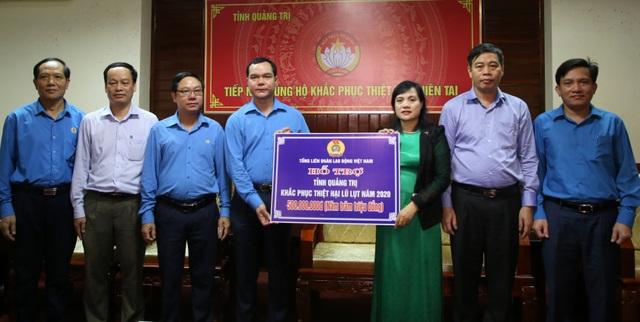 Lãnh đạo Tổng LĐLĐ Việt Nam tặng quà cho công nhân bị ảnh hưởng do mưa lũ - 1