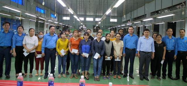 Lãnh đạo Tổng LĐLĐ Việt Nam tặng quà cho công nhân bị ảnh hưởng do mưa lũ - 2