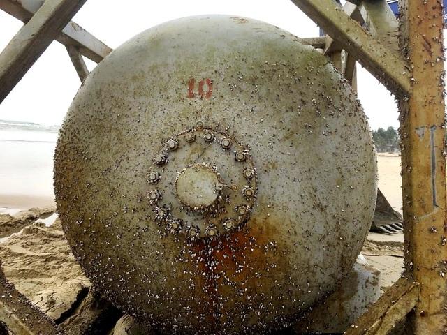 Bồn hóa chất in chữ Trung Quốc dạt vào bờ biển Quảng Nam - 1