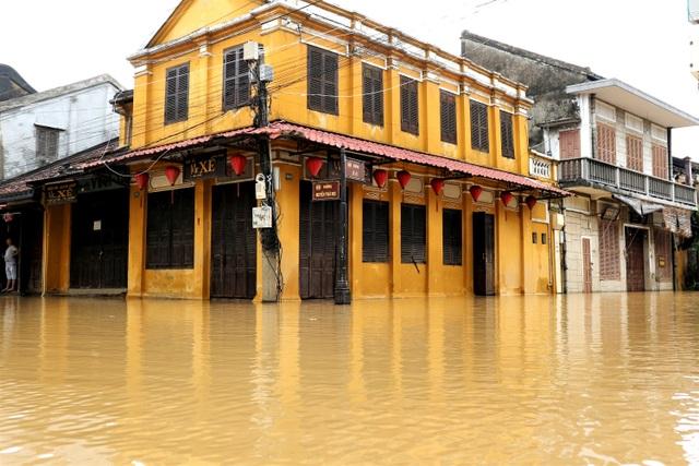 Phố cổ Hội An ngập lụt lần thứ 5 trong vòng 1 tháng - 1