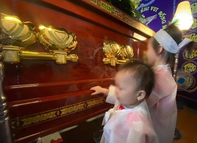 Xé lòng cảnh hai đứa trẻ mặc đồ tang chạy quanh quan tài cha mẹ - 2