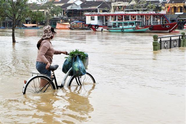 Phố cổ Hội An ngập lụt lần thứ 5 trong vòng 1 tháng - 2
