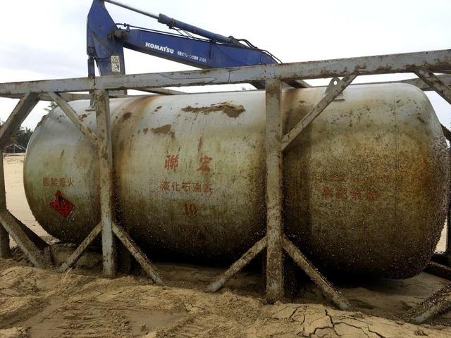 Bồn hóa chất in chữ Trung Quốc dạt vào bờ biển Quảng Nam - 2
