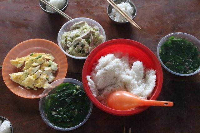 Kon Tum: Thầy cô bỏ tiền túi nấu cơm trưa cho học sinh vùng khó - 2