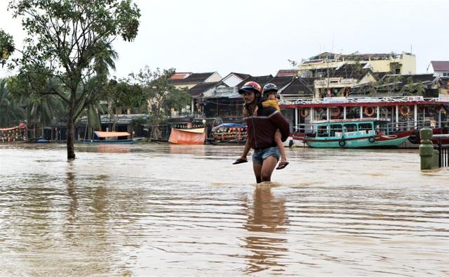 Phố cổ Hội An ngập lụt lần thứ 5 trong vòng 1 tháng - 4