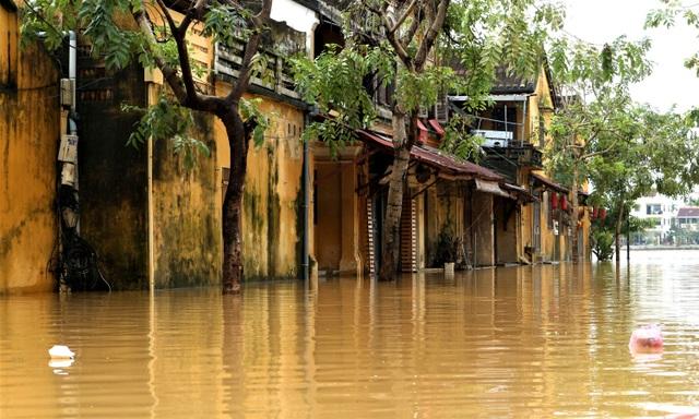 Phố cổ Hội An ngập lụt lần thứ 5 trong vòng 1 tháng - 7