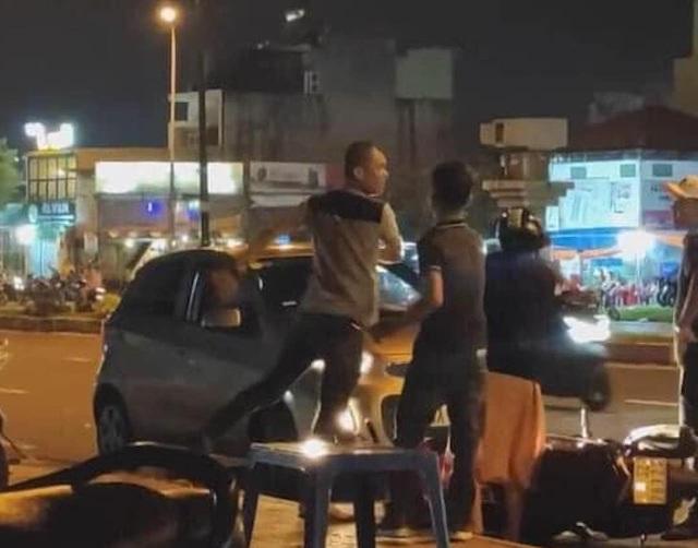 TPHCM: Công an làm việc với người đàn ông bắt cô gái quỳ giữa đường - 1