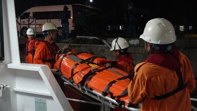 Vượt sóng, cấp cứu kịp thời thuyền viên bị liệt nửa người, hôn mê sâu - 1