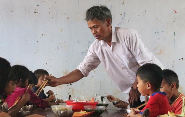 Kon Tum: Thầy cô bỏ tiền túi nấu cơm trưa cho học sinh vùng khó - 1