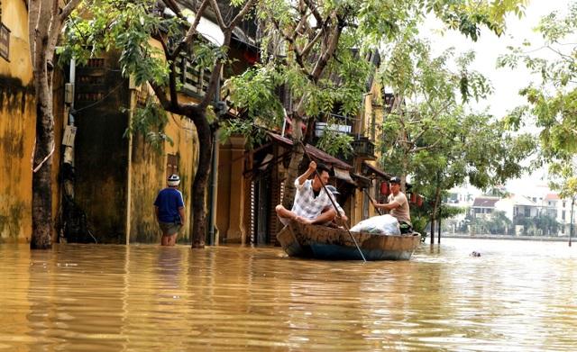 Phố cổ Hội An ngập lụt lần thứ 5 trong vòng 1 tháng - 8