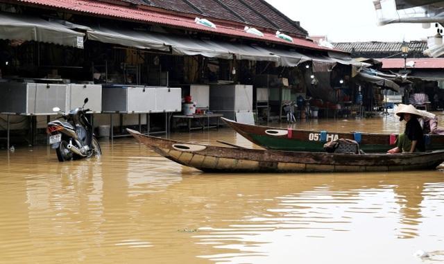 Phố cổ Hội An ngập lụt lần thứ 5 trong vòng 1 tháng - 9