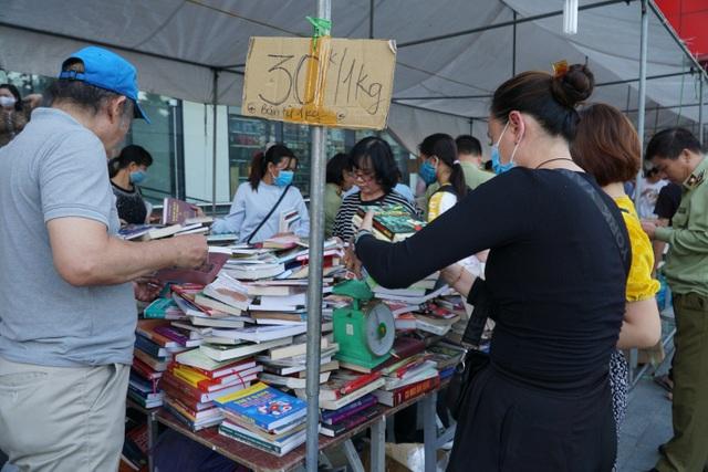 Thu giữ hàng loạt sách giả tại Hội chợ sách ở Hà Nội - 3