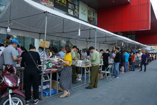 Thu giữ hàng loạt sách giả tại Hội chợ sách ở Hà Nội - 4