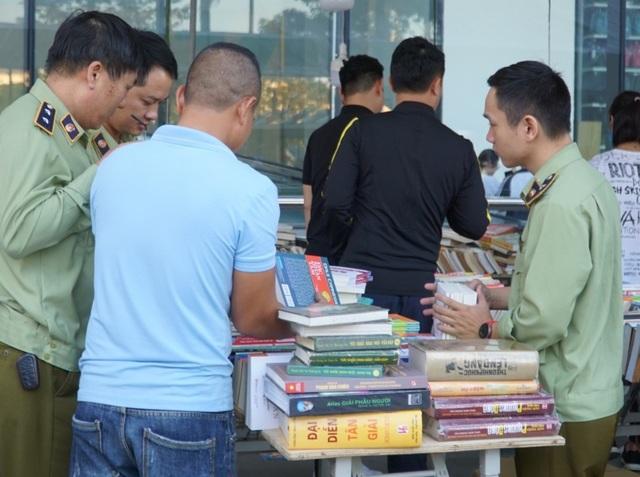 Thu giữ hàng loạt sách giả tại Hội chợ sách ở Hà Nội - 1