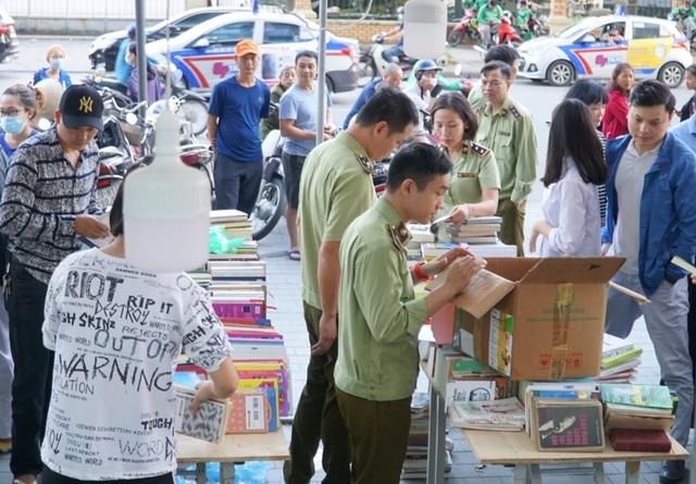 Thu giữ hàng loạt sách giả tại Hội chợ sách ở Hà Nội - 2