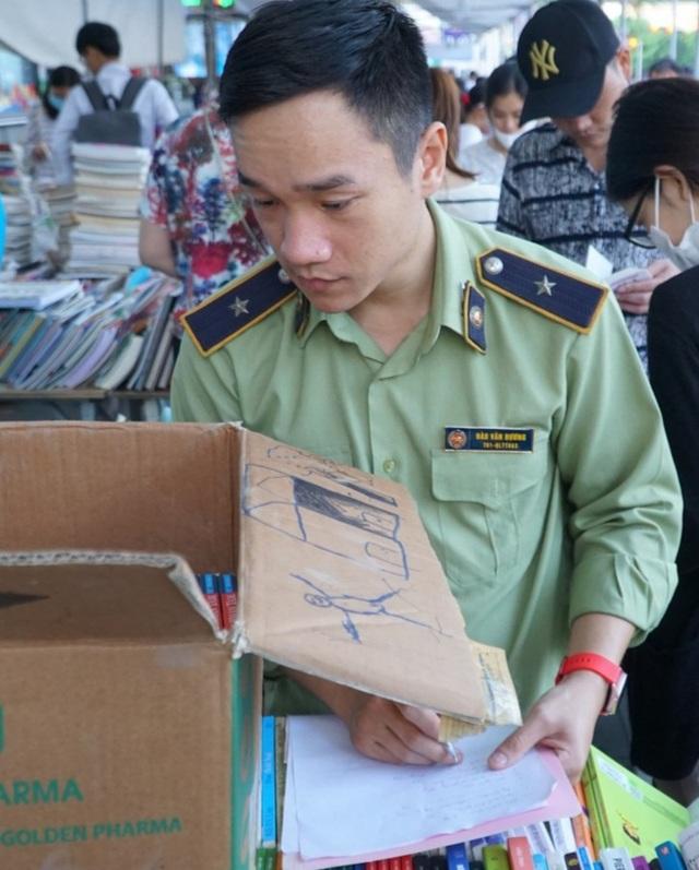 Thu giữ hàng loạt sách giả tại Hội chợ sách ở Hà Nội - 5
