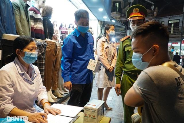 Hà Nội xử phạt nghiêm người không đeo khẩu trang vào phố đi bộ - 2