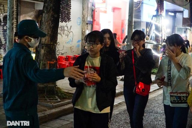 Hà Nội xử phạt nghiêm người không đeo khẩu trang vào phố đi bộ - 5